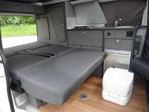Position couchage vue de la porte coulissante (le wc chimique reste accessible avec le lit en place)
